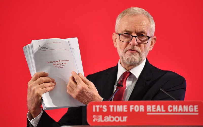 """Corbyn zarzuca Johnsonowi """"tajne negocjacje"""" z USA ws. NHS"""