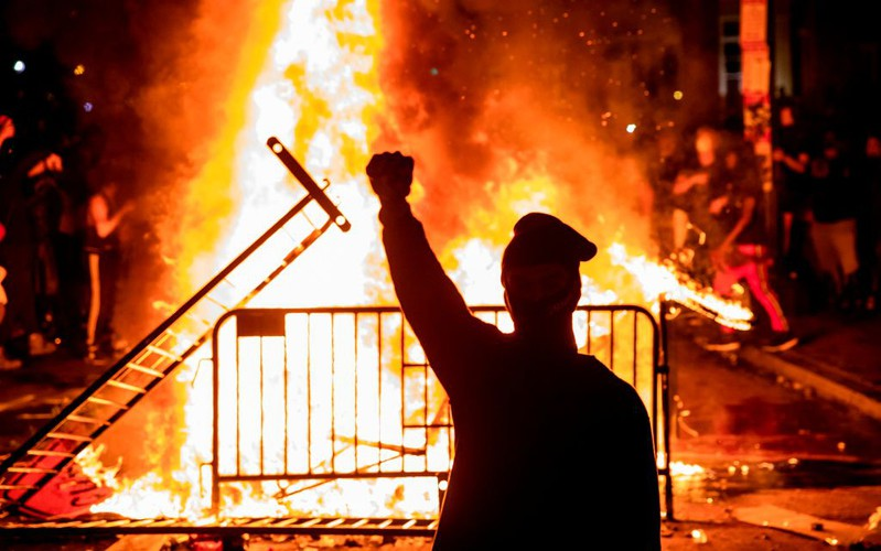Zamieszki przed Białym Domem. Pomnik Kościuszki zdewastowany