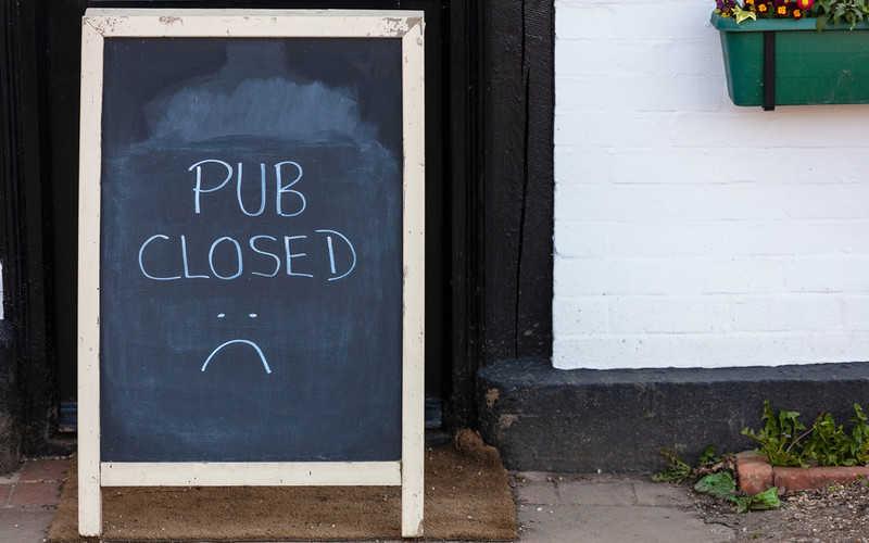 """Anglia: Puby """"mogą być zamknięte"""" po to, by móc otworzyć szkoły"""
