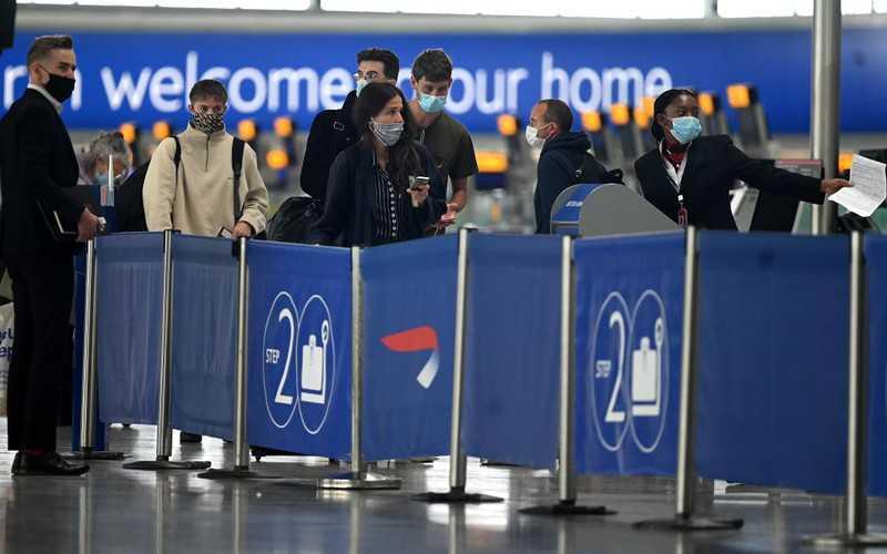 Pierwsze lotnisko w UK testuje pasażerów na Covid-19
