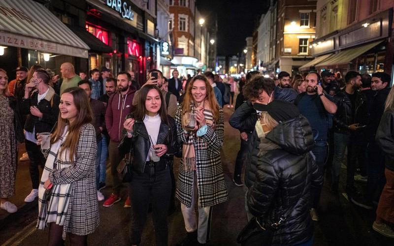 """UK: """"Certyfikat szczepienia"""" przepustką do pracy i wizyty w pubie?"""