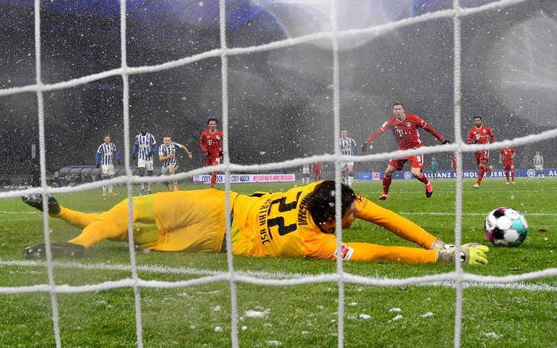 Lewandowski zmarnował karnego, ale Bayern pokonał Herthę