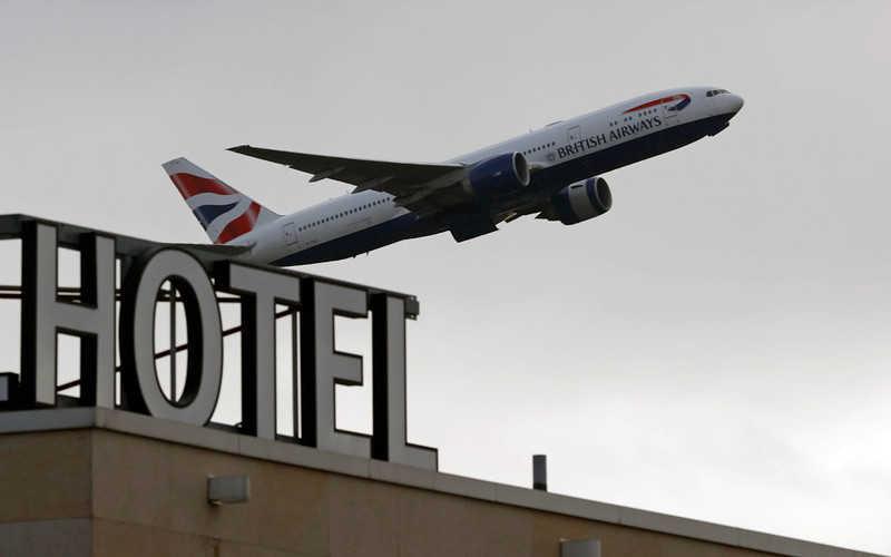 """Rząd UK: Podróżny zapłaci £1 750 za 10 dni """"hotelowej kwarantanny"""""""