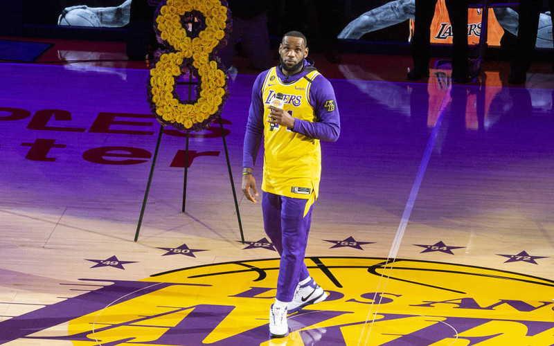 Na aukcję trafiły buty, które Kobe Bryant podarował nastoletniemu LeBronowi Jamesowi