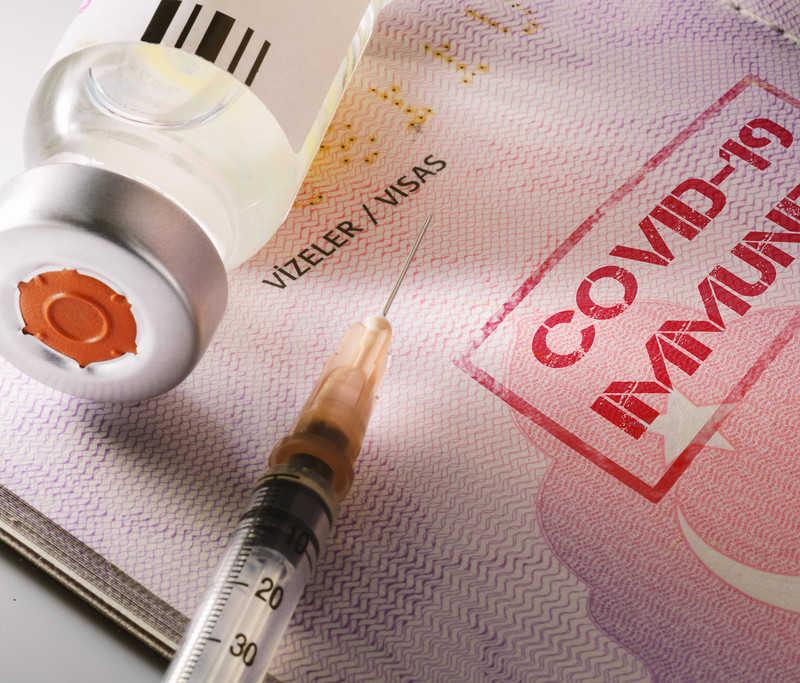 Paszporty szczepień na świecie: Działają w Izraelu, w UE są w planach