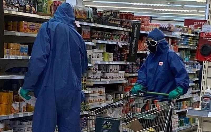 Waitrose: Para klientów robiła zakupy w pełnym kombinezonie ochronnym i goglach