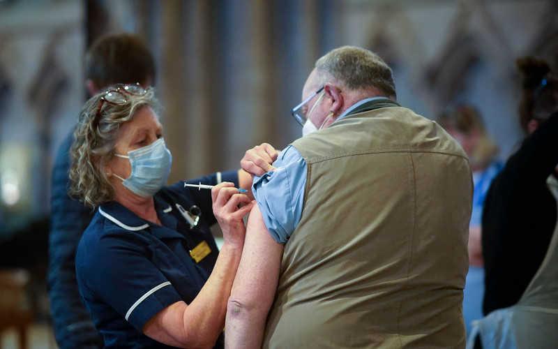 Brytyjscy eksperci: Nowe szczepionki trzeba szybciej dopuścić do użycia