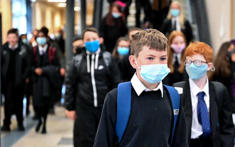 """Brytyjskie szkoły: Dzieci bez masek mają być sadzane z tyłu klasy. """"To apartheid"""""""