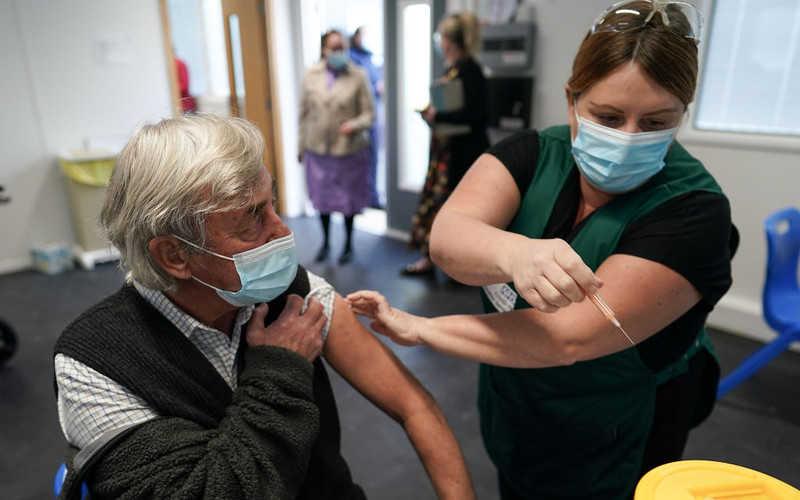 Anglia: Wśród 80-latków skuteczność szczepionki AstraZeneca przekracza 80 proc.