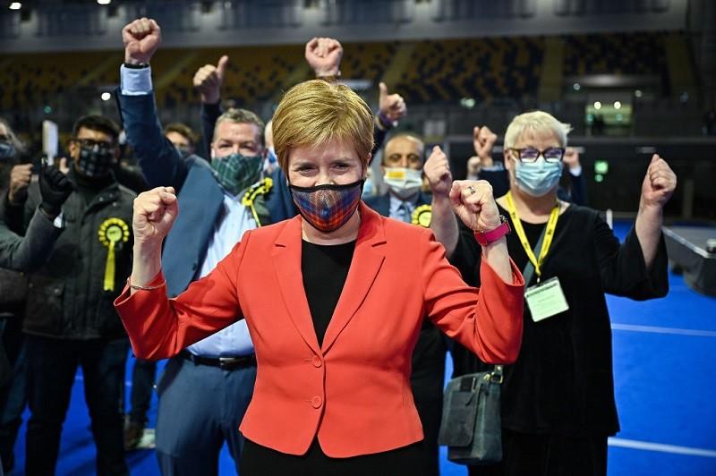 """Wybory w Szkocji: Partia Sturgeon świętuje """"historyczną"""" wygraną"""
