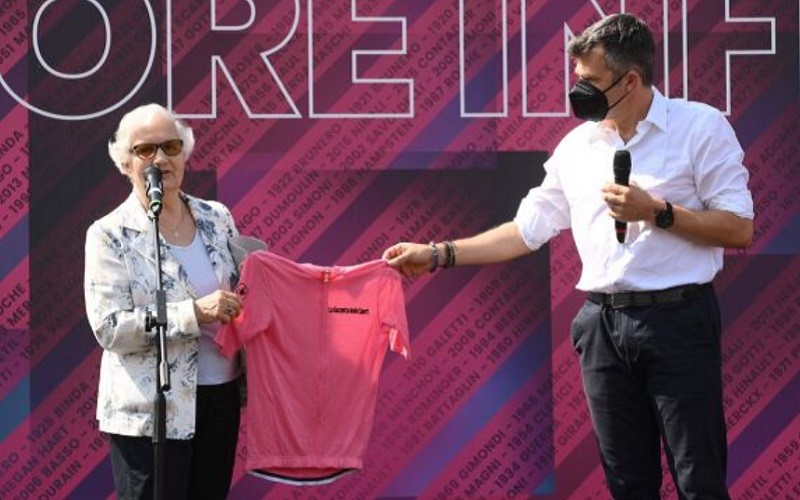 Polish woman who survived Auschwitz received a symbolic Maglia rosa of Giro d'Italia