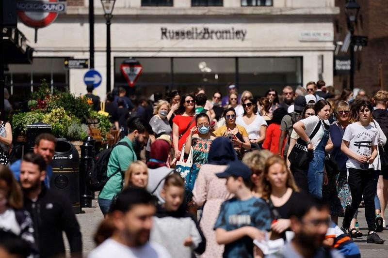 Połowa mieszkańców UK chce opóźnienia luzowania restrykcji