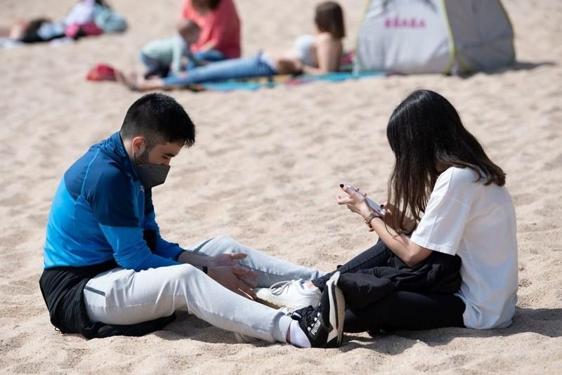 Hiszpania zapowiada koniec obowiązku noszenia maseczek na zewnątrz
