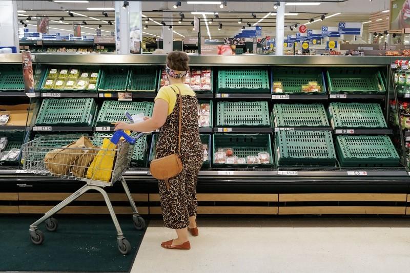 """""""Pingdemia"""" paraliżuje życie w UK. W sklepach zaczyna brakować produktów"""