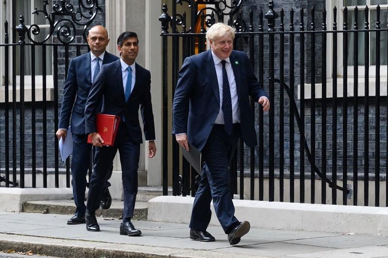 Ministrowie Borisa Johnsona ostro skrytykowani za brak maseczek