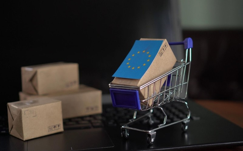 Klienci kupujący towary z UE ostrzegani przed dodatkowymi opłatami za przesyłki