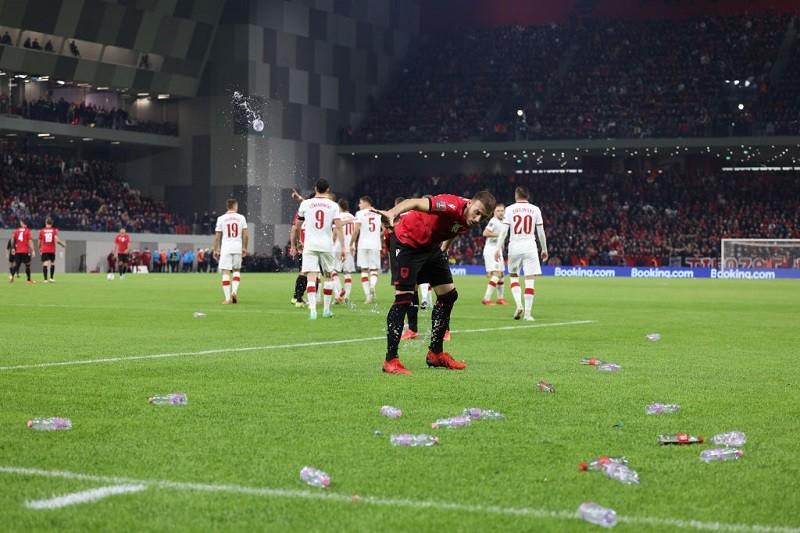 Polska pokonała Albanię! Biało-czerwoni obrzuceni butelkami
