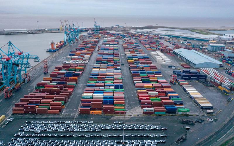 UK: Olbrzymie kontenery transportowe zawrócone z portu z powodu problemów z ciężarówkami
