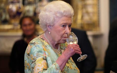 Stres, herbatka i drinki. Przepis na długowieczność Elżbiety II?