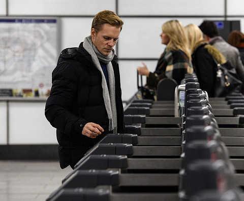 Korzystanie ze zbliżeniowych kart płatniczych w autobusach i metrze